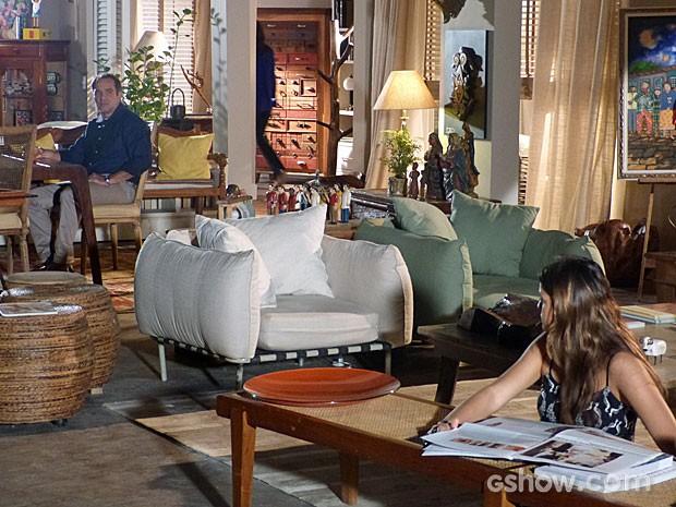 Virgílio e Luiza têm uma conversa tensa (Foto: Em Família/TV Globo)