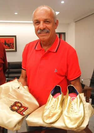 junior flamengo doa roupa desfile zico (Foto: Site Oficial Flamengo)