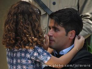Pérola chega depois de confusão e descobre que pai foi condenado (Foto: Joia Rara/TV Globo)