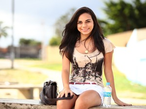 A candidata alagoana Lívia Chaves, 21, saiu duas horas e meia após o início das provas (Foto: Jonathan Lins/G1)