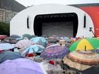 Público enfrenta chuva para assistir a inauguração da Árvore da Lagoa, RJ