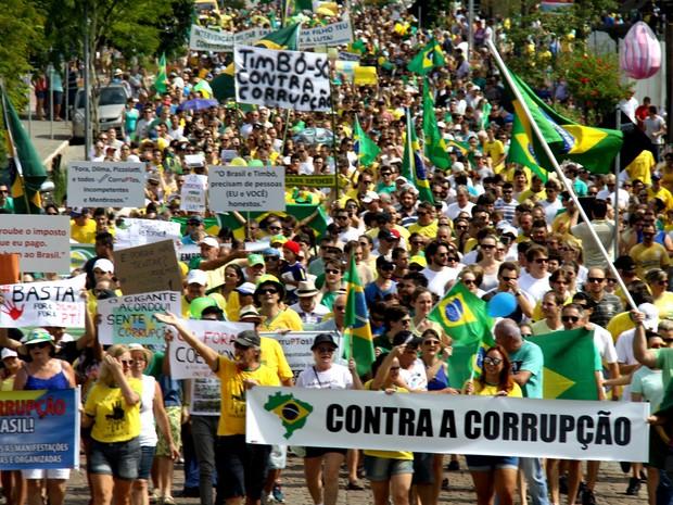 Segundo a PM, 4 mil pessoas participaram de passeata pelas ruas de Timbó, no Vale do Itajaí, em Santa Catarina (Foto: André Schoeder/Divulgação)