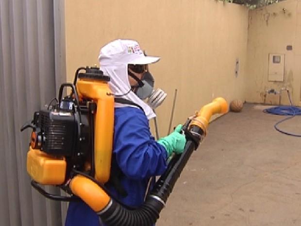 Agente da prefeitura faz a nebulização em casas em Rio Preto  (Foto: Reprodução / TV Tem)