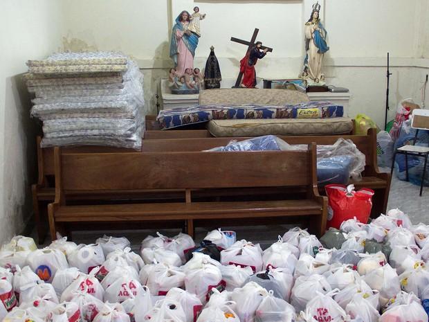 Voluntários organizam doações na noite desta quarta-feira (11), na Paróquia de São Sebastião, em Nova Iguaçu, RJ, após a forte chuva causarem enchentes no Estado do RJ. (Foto: Douglas Viana/Futura Press/Estadão Conteúdo)