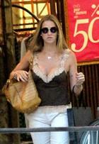 Look do dia: Luana Piovani aposta em blusa decotada em dia de verão