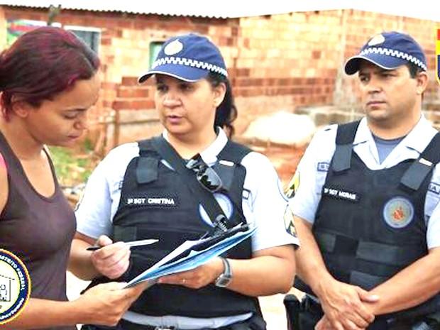 Polícia Militar atende mulher em Ceilândia, no Distrito Federal (Foto: Polícia Militar/Divulgação)