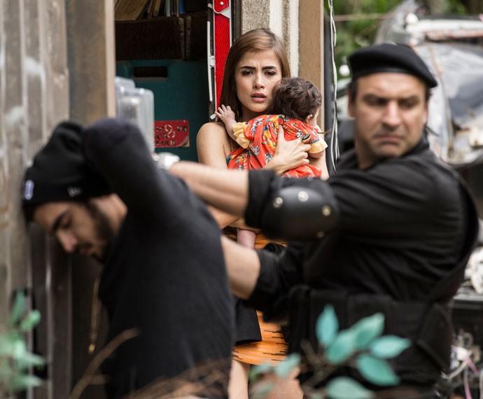 Policiais chegam ao desmanche para prender Grego (Foto: Inácio Moraes/Gshow)