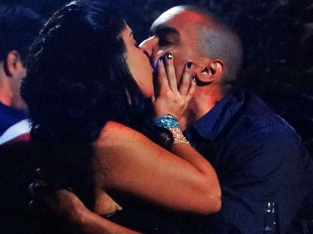 Gracinha não deixa barato e também beija Jair (Foto: Amor Eterno Amor/TV Globo)