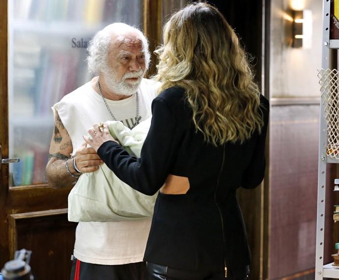 Ascânio entrega travesseiro a Atena e faz pedido que a deixa passada (Foto: Ellen Soares/ Gshow)