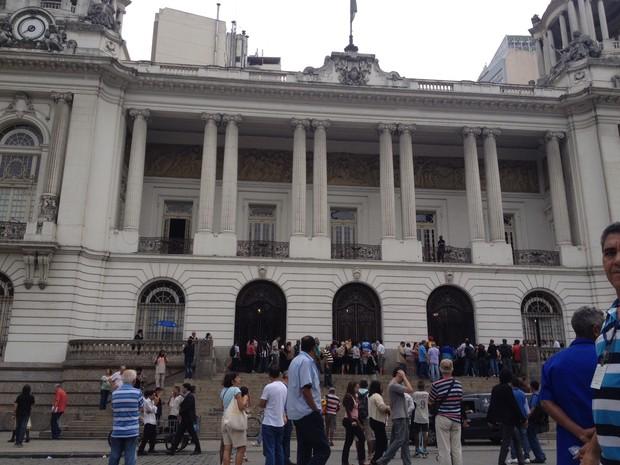 Público chega à Câmara Municipal do Rio de Janeiro, na tarde desta quarta-feira (20), para o velório de Emílio Santiago (Foto: João Bandeira de Mello / G1)