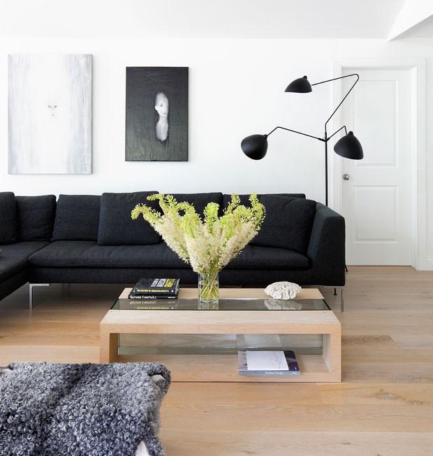casa-de-campo-nova-york-southampton-cecilia-dupire-sala-de-estar-sofá-preto-mesa-de-centro-luminária-quadros-madeira (Foto: Costas Picadas/Divulgação)