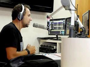 Titio Marco Antonio em ação em uma rádio rock de São Paulo (Foto: Marco Antonio/Arquivo Pessoal)