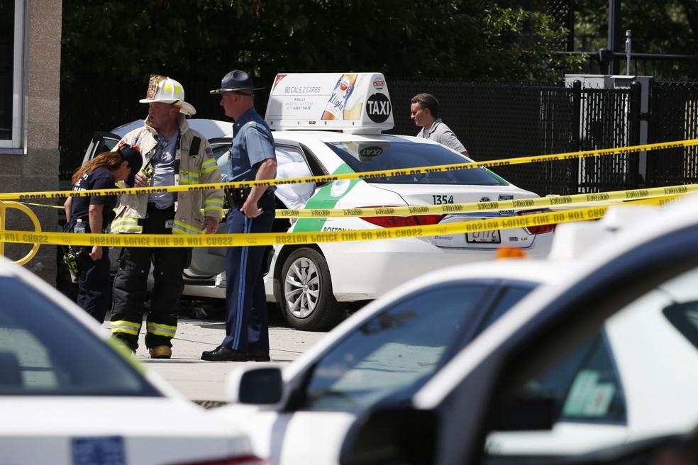 Policiais isolam área em que taxi atropelou pedestres nesta segunda-feira (3) em Boston, nos EUA (Foto: AP Photo/Michael Dwyer)