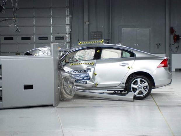 Novo crash test considera colisões com objetos que atingem um quarto da dianteira do carro (Foto: Reprodução/IIHS)