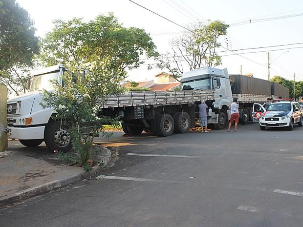 Caminhão atingiu o muro de uma residência após ser arrastado (Foto: Ermenson Rodrigues/Blog Panorama Notícia/Cedida)