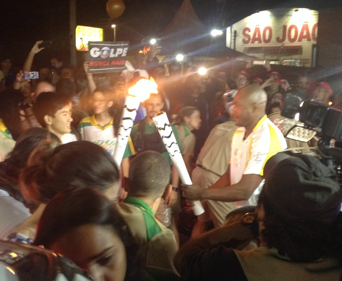 Claudinei Quirino no revezamento da tocha em Prudente (Foto: Murilo Rincon / GloboEsporte.com)