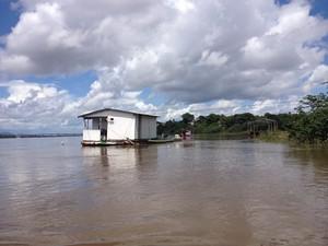 Flutuante é feito de madeira e forro PVC; pescador mora há uma década no local (Foto: Jackson Félix/G1 RR)