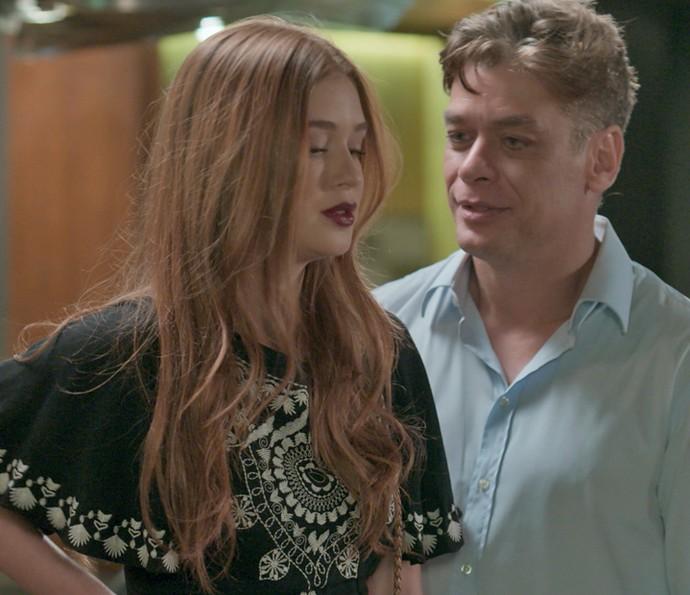 Sem graça por ganhar tantos elogios, Eliza dá fora em Arthur (Foto: TV Globo)