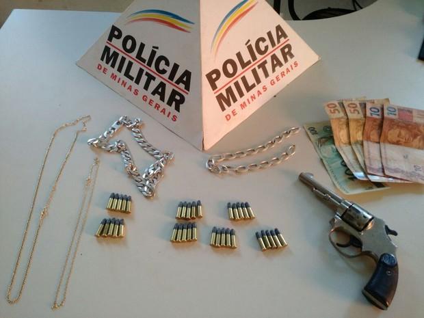 Quatro correntes, R$ 220 e uma arma foram achados em meio a roupas em Boa Esperança (Foto: Polícia Militar)