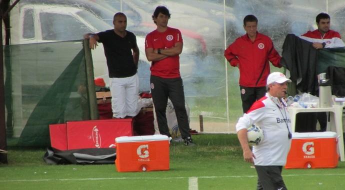 Deivid conversa com preparador do Inter Cristiano Nunes enquanto observa treino de Abel (Foto: Tomás Hammes/ GloboEsporte.com)