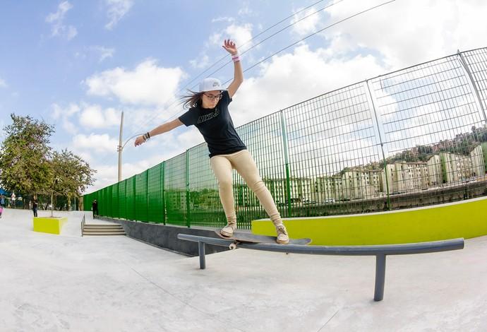 Pâmela Rosa andando na pista de skate da Vila Olímpica (Foto: Divulgação)
