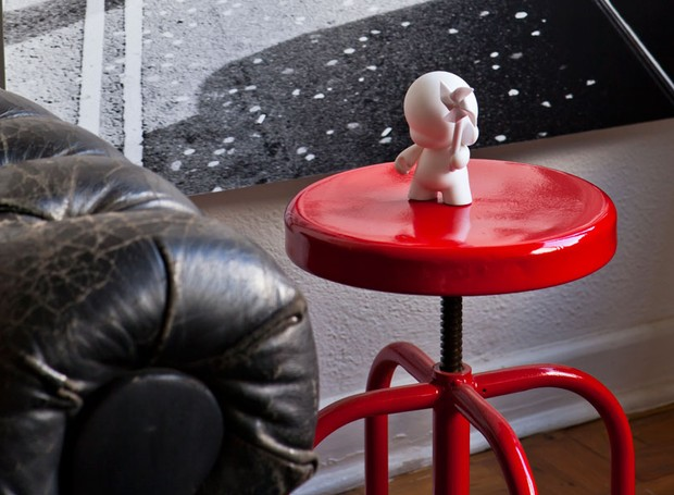 Apartamento, arquiteto Gustavo Calazans, lufe gomes, banqueta vermelha, mesa lateral (Foto: Victor Affaro/Editora Globo)