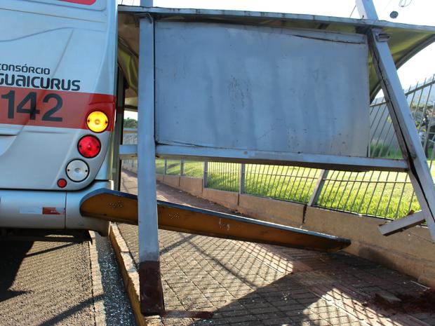 Ponto de ônibus foi arrancado do local atingir coletivo (Foto: Gabriela Pavão/ G1 MS)