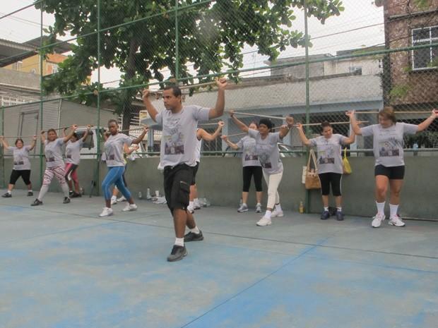 Leandro dá aula de ginástica três vezes por semana em quadra da comunidade Nova Brasília (Foto: Janaína Carvalho)