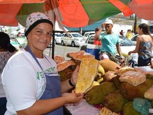 Lindinalva Pereira trabalha há 15 anos na calçada do INSS (Foto: Marina Fontenele/G1)