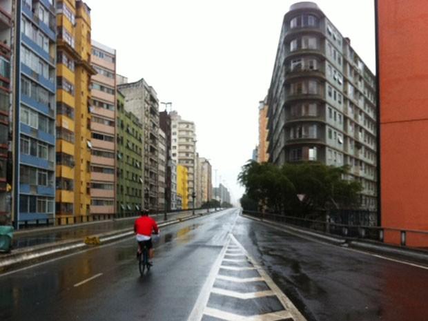 Minhocão fecha para carros neste sábado (4) e chuva espanta pedestres (Foto: Paula Paiva Paulo)