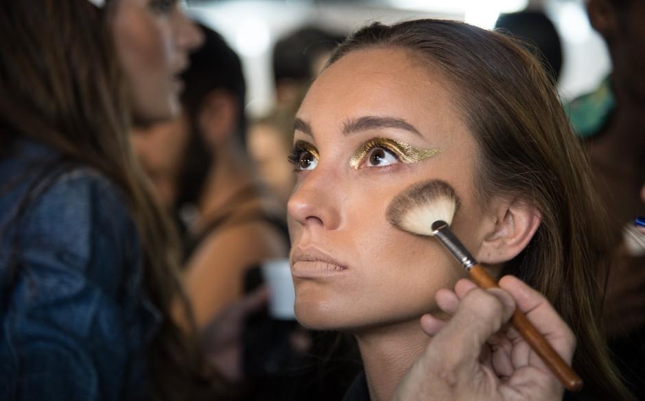 O blush terracota aplicado na vertical d mais profundidade ao rosto, segundo o maquiador (Foto: Andr Bittencourt)
