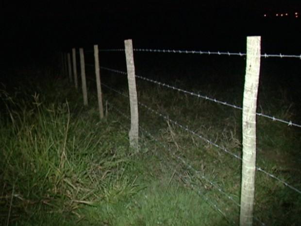 Ao longo de toda a extensão da cerca elétrica, não há placas informando do perigo (Foto: Reprodução/TV Gazeta)