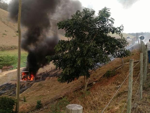 Populares retiram motorista do caminhão pegar fogo, no Sul do ES (Foto: Internauta de Gazeta Online)