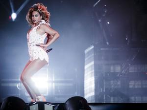 A cantora Beyoncé dança durante sua apresentação no Palco Mundo (Foto: Adriano Vizoni/Folhapress)