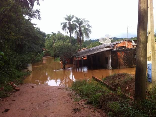 Moradores ficam ilhados após córrego transbordar em Itu (Foto: Moisés Soares/TV TEM)