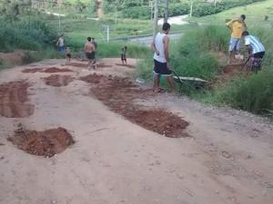 Moradores taparam buracos na rua Guarani no Igarapés (Foto: Arquivo Pessoal/Juliana Soares)