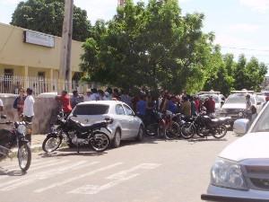 Curiosos se reuniram na delegacia para ver os homens detidos (Foto: Richard Lopes/TV Diário)
