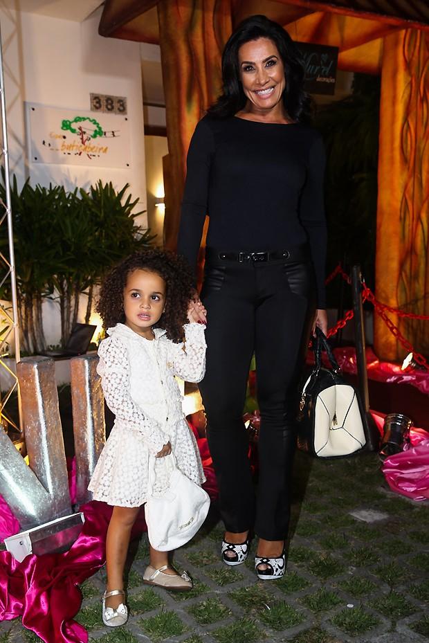Scheila ao lado da filha (Foto: Manuela Scarpa e Marcos Ribas/Photo Rio News)
