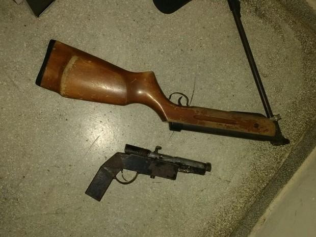 Caçador foi encontrado com duas armas e com o corpo do animal (Foto: Divulgação/BPMA)