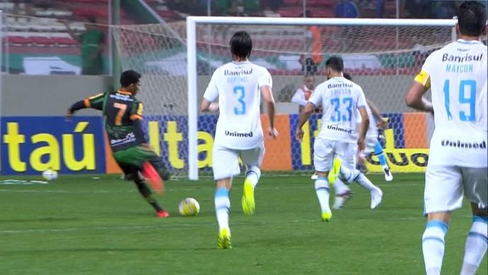 Lance de América-MG x Grêmio, no Independência (Foto: Reprodução / Premiere)
