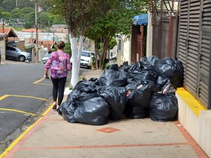 Lixo acumulado durante greve dos coletores de Piracicaba (Foto: Thomaz Fernandes/G1)