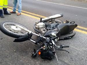 Motocicleta caiu na pista contrária depois de colidir contra carro de passeio (Foto: Filipe Lemos/Campos 24 horas)