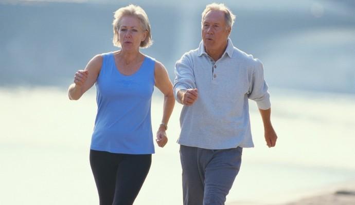 Idosos caminhando euatleta (Foto: Getty Images)