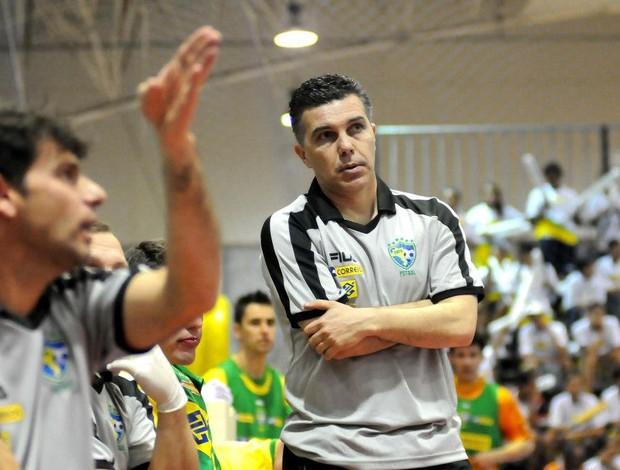Marcos Sorato observa a seleção brasileira na vitória sobre o Uruguai (Foto: Luciano Bergamaschi/CBFS)