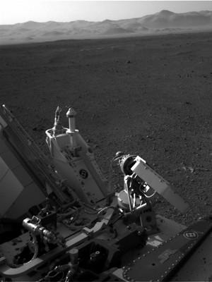 Imagem em preto-e-branco mostra mais detalhes do Curiosity (Foto: AFP)