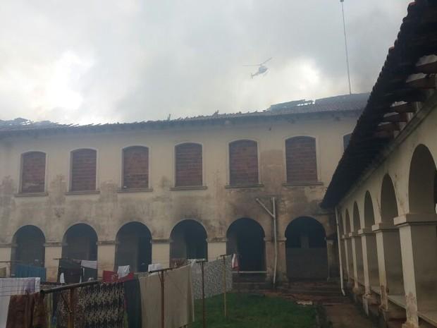 Prédio teve vários danos após incêndio (Foto: César Evaristo/TV TEM)
