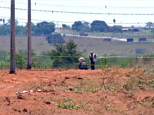 Corpo do padre foi deixado em um terreno baldio no Bairro Rosa Bororo, em Rondonópolis (Foto: Reprodução/TVCA)