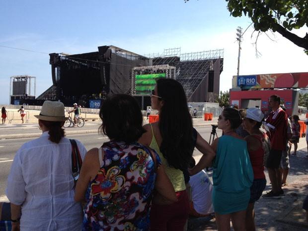 Desde cedo, fãs acompanham na Praia de Copacabana os preparativos para o show de Stevie Wonder e Gilberto Gil (Foto: Marcelo Elizardo/G1)