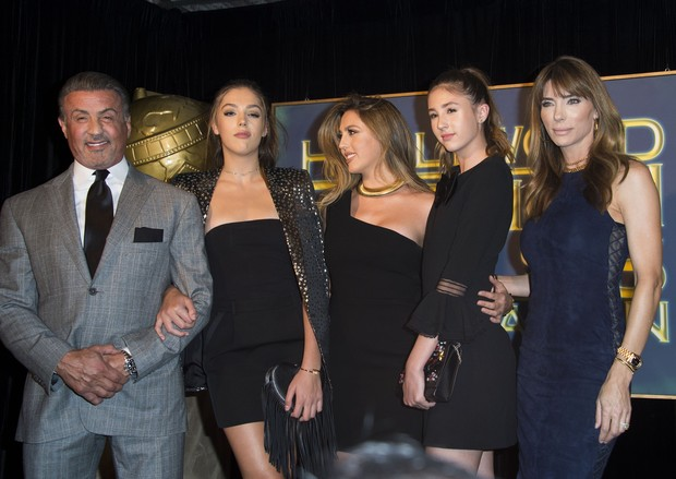 Jennifer Flavin e Sylvester Stallone  com as filhas, Sistine Stallone, Scarlet Stallone e Sophia Stallone (Foto: AFP)