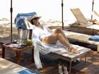 Que sol! De maiô, Claudia Raia grava em praia ao lado de Rodrigo Lombardi